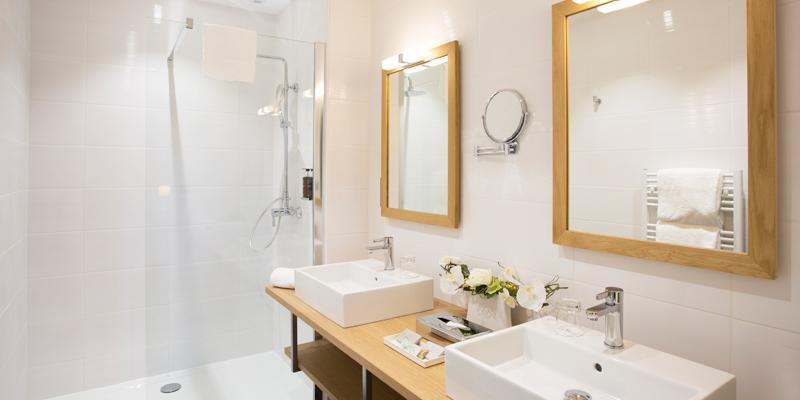 Salle de douche lumineuse et spacieuse à l'hotel de l'Abbaye