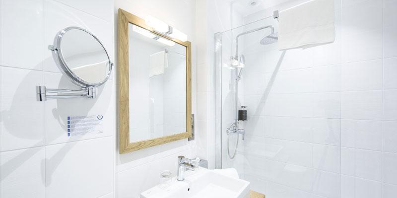 Salle de bain des confort piscine de l'hôtel de l'abbaye
